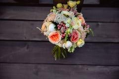 3花束重点前景婚礼 在木背景的新娘的花 免版税库存图片