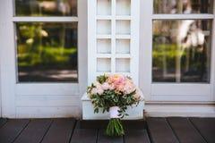 3花束重点前景婚礼 新娘的花 免版税库存图片
