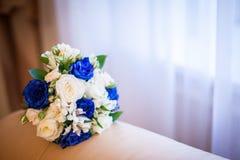 3花束重点前景婚礼 新娘` s花是白色和蓝色玫瑰 库存图片