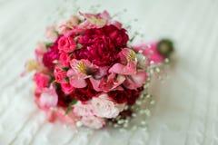 3花束重点前景婚礼 新娘` s花束 红色和桃红色花花束  库存图片