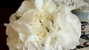 3花束重点前景婚礼 白玫瑰婚礼花束与丝带和别针的 股票录像