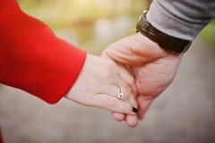 花束金刚石订婚结婚提议环形玫瑰 供以人员举行定婚戒指在红色箱子在他的ha 库存图片