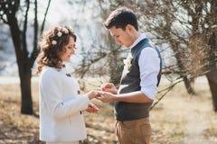 花束金刚石订婚结婚提议环形玫瑰 婚姻的仪式户外 免版税库存图片