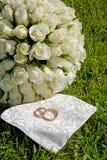 花束金黄weddingrings 免版税库存照片