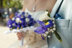 花束钮扣眼上插的花新娘新郎 免版税库存图片