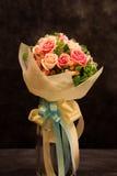花束,五颜六色的春天在天空口气开花。 库存照片