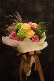 花束,五颜六色的春天在淡色口气开花。 库存照片