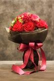 花束,红色玫瑰是五颜六色的春天花 库存照片