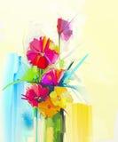 花束,黄色,红颜色植物群油画静物画  大丁草,郁金香,上升了,绿化在花瓶的叶子 图库摄影