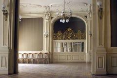 花格大富有的大厅在舒适宫殿 免版税图库摄影