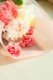 花桃红色和白色花束在木背景的 库存照片