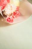花桃红色和白色花束在木背景的 免版税库存照片