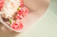 花桃红色和白色花束在木背景的 免版税库存图片