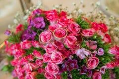 花桃红色婚礼花束  与珍珠和圆环的婚礼花束 婚礼花束由桃红色玫瑰和圆环制成 有选择性 免版税库存照片