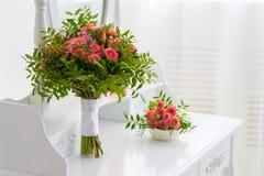 花桃红色花束在桌上的 库存照片