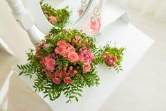 花桃红色花束在桌上的 库存图片