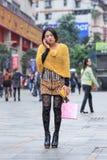 花梢女孩在打电话,崇公qing,中国的商店地区 库存照片