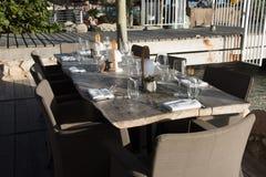 花梢室外餐馆桌设置 库存图片