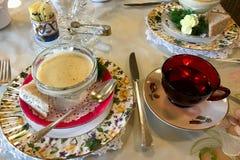 花梢桌设置用汤和茶 库存图片