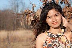 花梢橙色礼服顶层的妇女 免版税库存照片