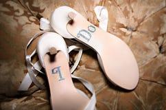 花梢白色我做婚礼鞋子 图库摄影