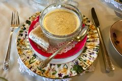 花梢碗在板材的奶油色汤 库存照片
