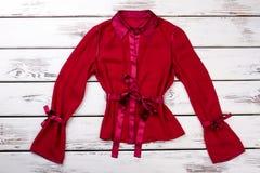 花梢红色短的丝绸长袍 免版税库存照片