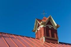 花梢红色谷仓圆屋顶 库存照片