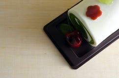 花梢肥皂以滚动的蛋糕形式用在上面的樱桃与空白 免版税图库摄影