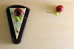 花梢肥皂以蛋糕形式用在上面的樱桃与空白 图库摄影