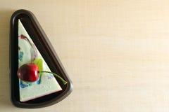 花梢肥皂以蛋糕形式用在上面的樱桃与空白 免版税库存照片