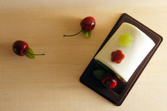 花梢肥皂以蛋糕形式用在上面的樱桃与空白 库存照片