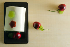 花梢肥皂以蛋糕形式用在上面的樱桃与空白 库存图片