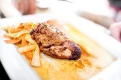 花梢饭食系列-烹调艺术与烤鸡胸脯、混乱油煎的菜和面条的 蜂蜜调味汁 库存照片