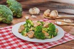 花椰菜和蘑菇板材在桌上在餐馆 免版税库存照片