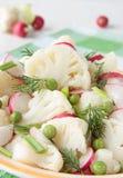 花椰菜在碗的沙拉用萝卜和绿色 免版税图库摄影