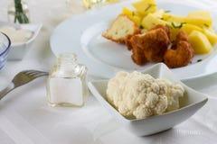 花椰菜少量片断在白色碗的在午餐桌上 免版税库存图片