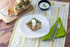 花椰菜烘烤了用鸡蛋、乳酪和荷兰芹 免版税库存照片