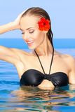 花池红色游泳妇女 免版税图库摄影