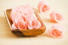 花玫瑰色盘木头 库存照片