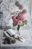 花瓶、纸和笔 免版税库存图片