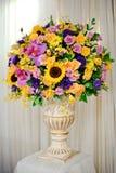 花瓶五颜六色的花 库存图片