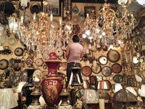 花瓶和瓶和光在中东商店 库存图片