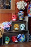 花瓶和头骨五颜六色的显示在木架子,小酒吧,萨拉托加斯普林斯,纽约, 2016年 免版税库存图片