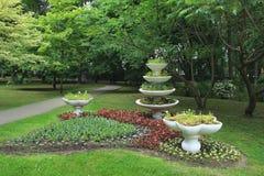 花瓶在公园,花圃 免版税库存照片