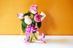 花瓶玫瑰为情人节 免版税库存图片
