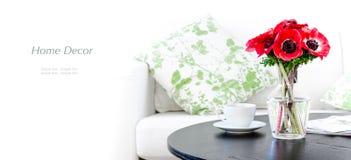 花瓶红色花在现代空白客厅 免版税库存照片