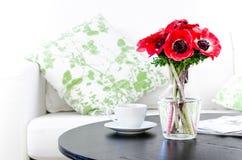 花瓶红色花在现代空白客厅 免版税图库摄影