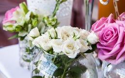 花瓶花在婚礼桌上 免版税库存图片