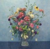 花瓶花对蓝色墙壁 免版税库存图片